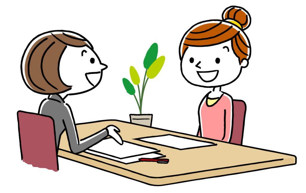 契約について話し合う女性二人